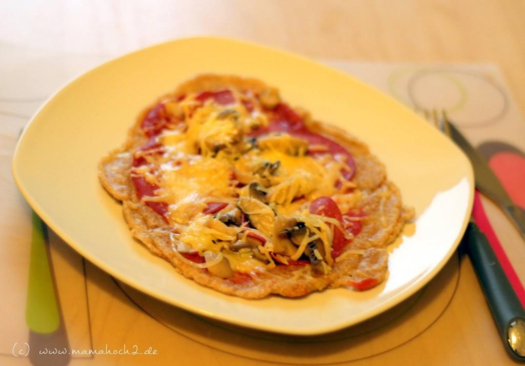 Dinkelmehl-Pfannenpizza mit Salami und Pilzen
