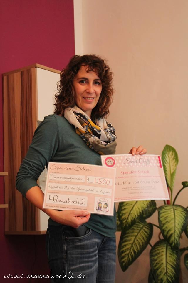 glücklich: die stellvertretende Leiterin Frau Eibisch freut sich über die Geldspenden