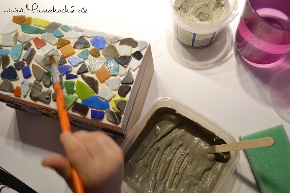 Holztruhe mit Mosaiksteinen bekleben