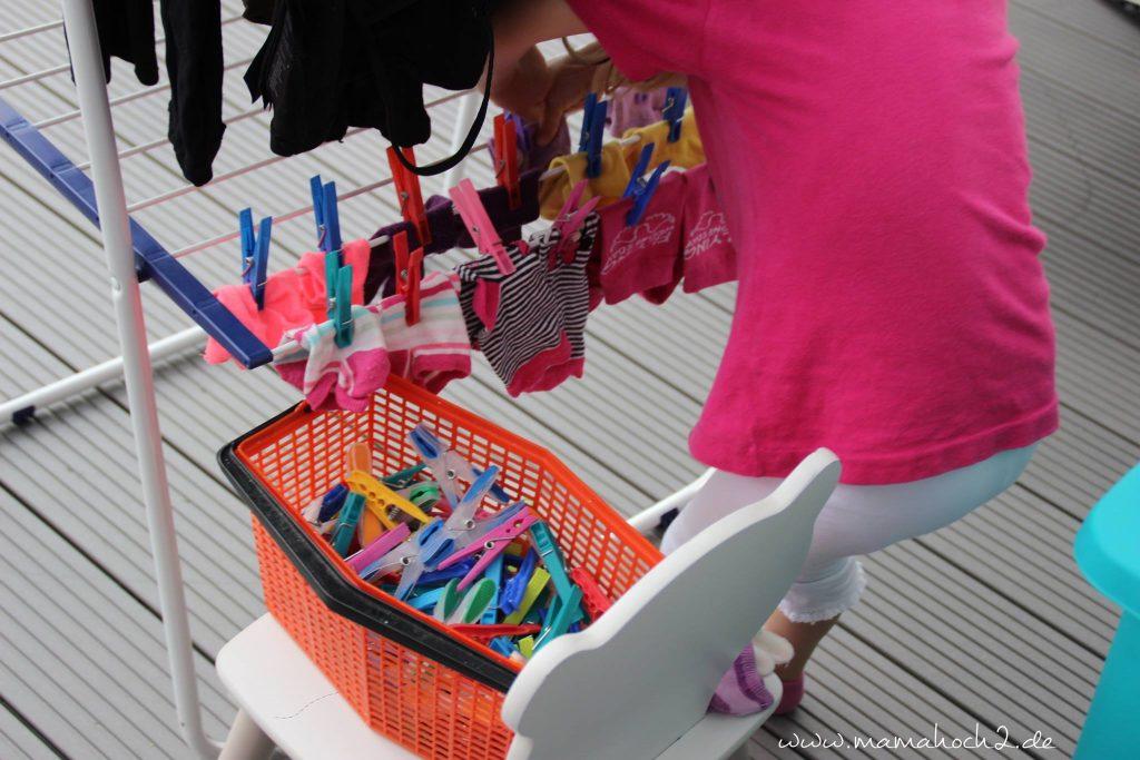 im Haushalt helfen Wäsche aufhängen sortieren kinder montessori (2)
