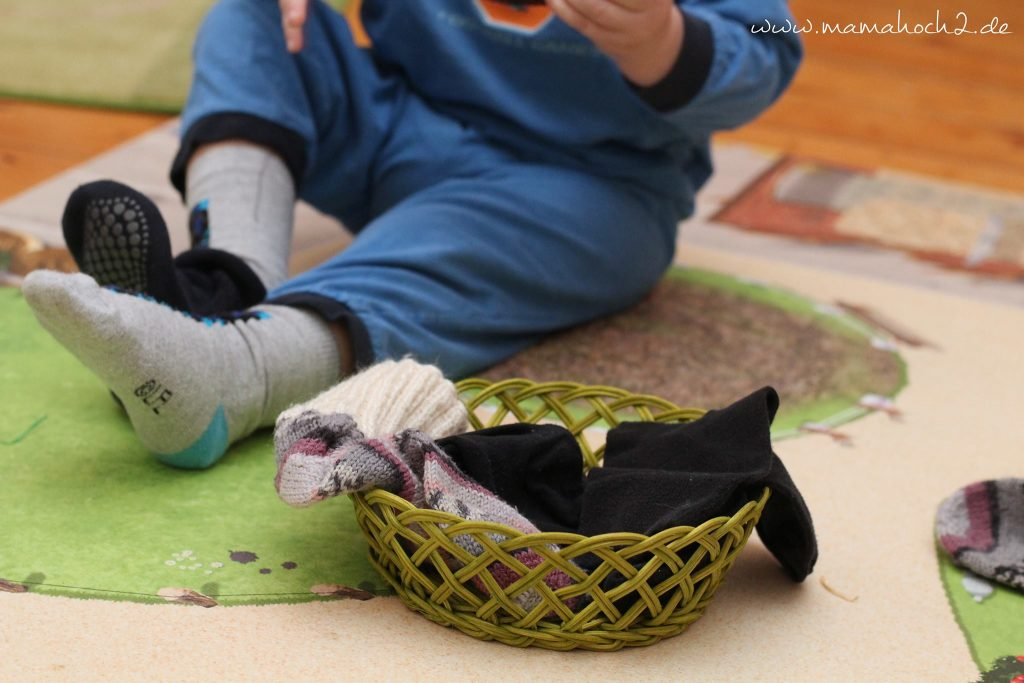 im Haushalt helfen Wäsche aufhängen sortieren kinder montessori (3)