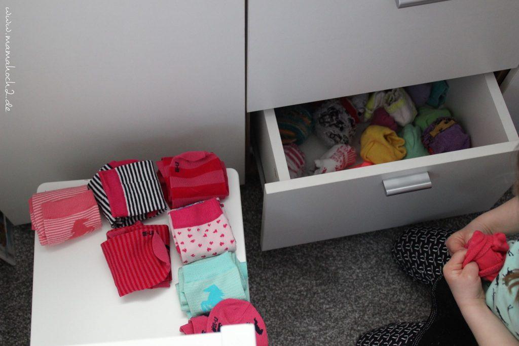 im Haushalt helfen Wäsche aufhängen sortieren kinder montessori (5)