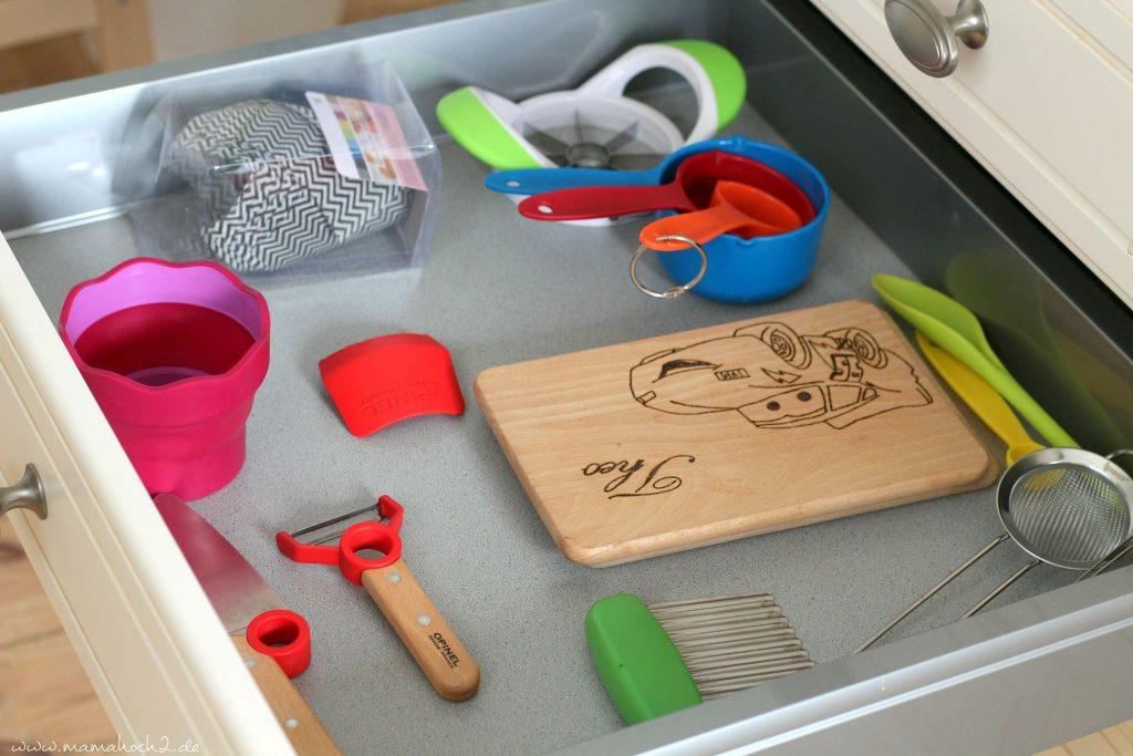 Kinderküche Kinder kochen Küchenhelfer Küchenwerkzeuge für Kinder Kochen für Kinder backen Montessori bedürfnisorientierte Erziehung (4)