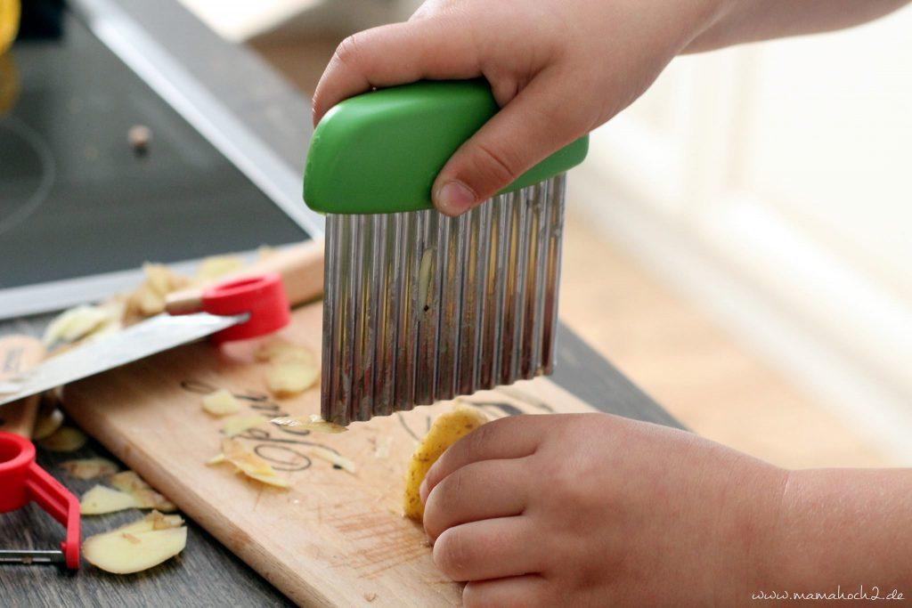 Kinderküche Kinder kochen Küchenhelfer Küchenwerkzeuge für Kinder Kochen für Kinder backen Montessori bedürfnisorientierte Erziehung (6)