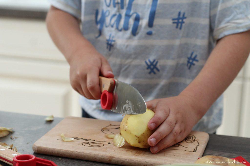 Kinderküche Kinder kochen Küchenhelfer Küchenwerkzeuge für Kinder Kochen für Kinder backen Montessori bedürfnisorientierte Erziehung (7)