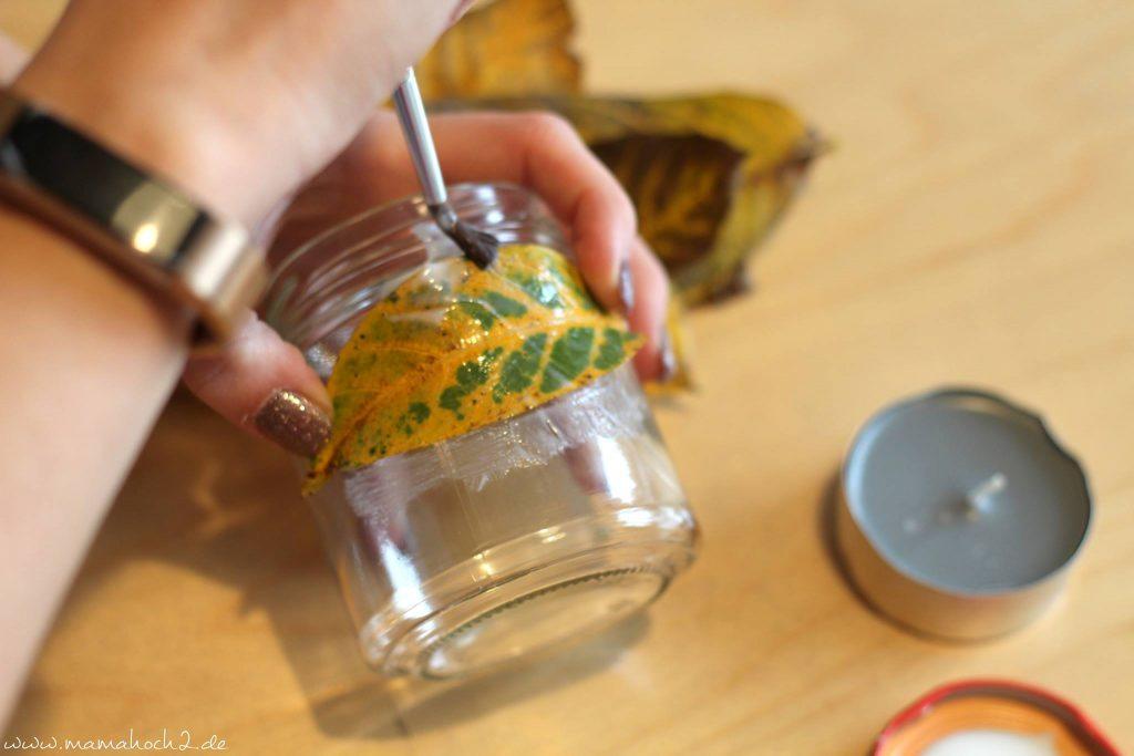 Herbstbasteln windlicht Laubblätter Laub Kerze Kerzenglas DIY Bastelanleitung für Kinder basteln (9)