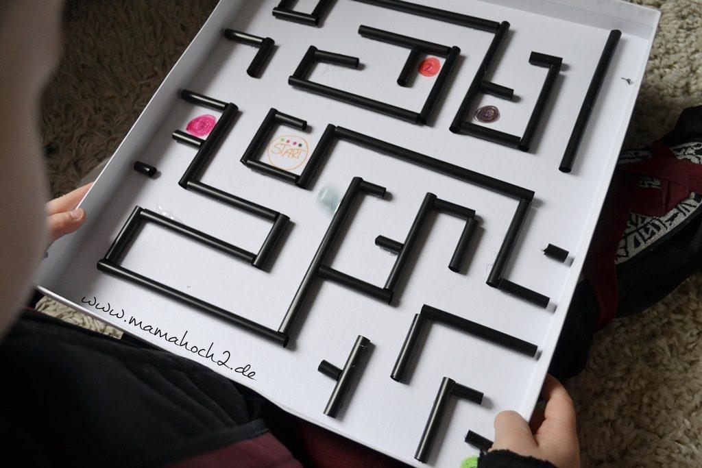 Labyrinth im Deckel . Labyrinth . Basteln mit Strohhalmen . Labyrinth selber basteln . Basteln mit Alltagsgegenständen (11)