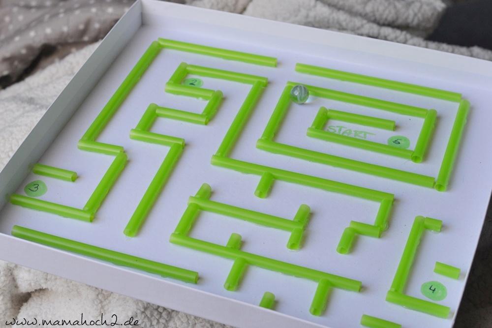 Labyrinth im Deckel . Labyrinth . Basteln mit Strohhalmen . Labyrinth selber basteln . Basteln mit Alltagsgegenständen 19